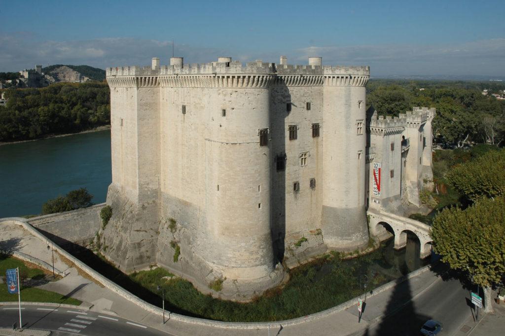 Le chateau de Tarascon situé à 25km du domaine Fontenelle