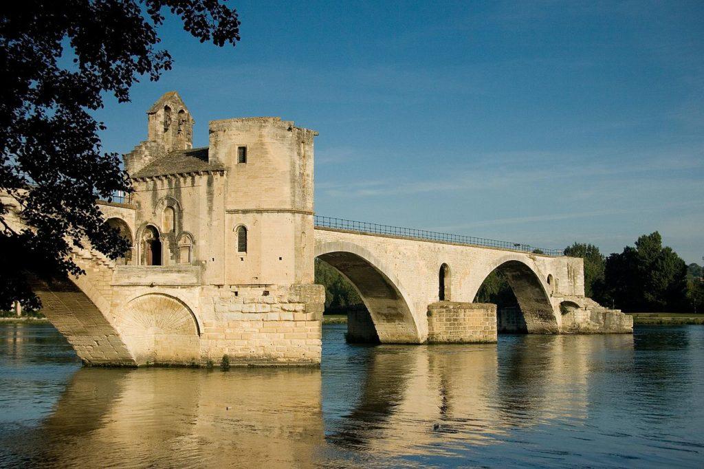 Le Pont d'Avignon situé à 40min des location de vacances Fontenelle